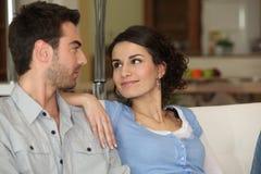 在长沙发的夫妇 免版税库存图片