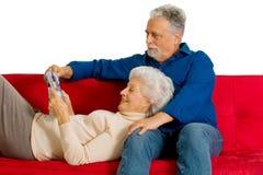 在长沙发的年长夫妇 免版税库存图片