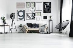 在长沙发的手工制造坐垫 免版税库存照片