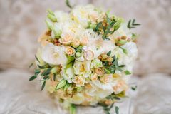 在长沙发的新娘花束 图库摄影