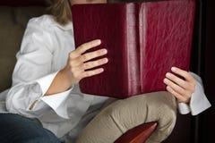 在长沙发的早晨热爱有圣经的 库存照片