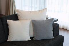 在长沙发的枕头 免版税库存照片