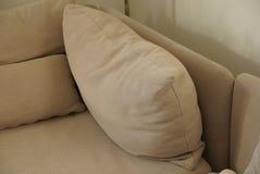 在长沙发的灰色棕色织品枕头 库存照片