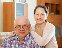 在长沙发的年长夫妇 库存照片