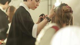 在长的头发的妇女美发师喷洒的水在haircutting前在秀丽演播室 在理发的女性发型 股票录像