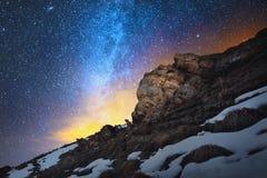 在长的曝光完成的夜风景 红色岩石一个美好的白种人风景以寒冷为背景的 免版税库存照片