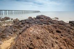 在长的曝光的渔跳船和在前景的大岩石 免版税库存图片