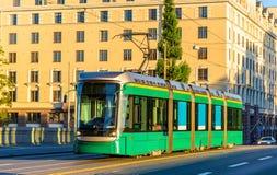 在长的桥梁的电车在赫尔辛基 免版税库存照片