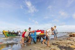 在长的海氏海滩,工作在早晨的渔夫 图库摄影