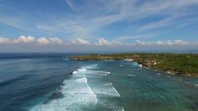 在长的海浪上的飞行沿着海岸线 影视素材
