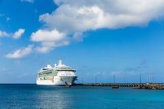 在长的码头的游轮在尼斯云彩下 免版税库存图片
