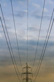 在长的途中的高压导线 库存照片