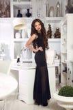在长的黑礼服的美好的典雅的夫人妇女模型有波浪的 库存照片