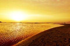 在长矛海滩的日落在塔里法角,西班牙 库存照片