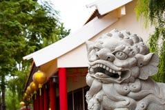 在门前面的中国狮子雕象 库存图片