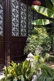 在门前面的假山庭园和植物风景 免版税库存照片