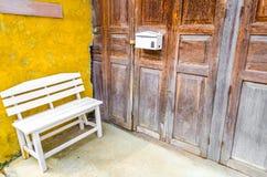 在门前面的扶手椅子 库存图片