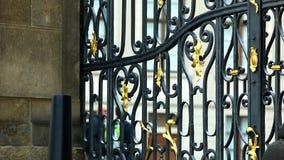 在门和旅游步行的金属篱芭在背景 影视素材