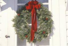 在门垂悬的圣诞节花圈,伍德斯托克,纽约 免版税库存照片