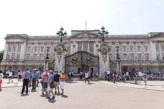在门对白金汉宫,伦敦,英国前面的游人 库存图片