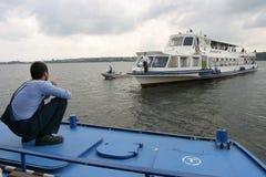 在门户的旅游船 免版税库存照片