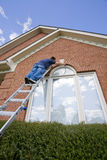 在门画家绘画修整视窗附近 库存图片