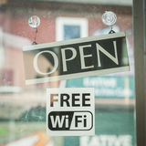 在门的一个标志是开放和wi fi 图库摄影