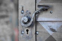 在门的古老门把手 免版税库存照片