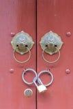 在门的古色古香的狮子头敲门人与关键锁 免版税图库摄影