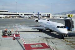 在门的团结的明确加拿大人的CRJ-700飞机在旧金山国际机场 库存图片