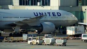 在门的团结的波音777飞机在法兰克福 免版税库存照片