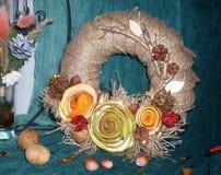 在门的圣诞节花圈的手工制造 库存照片