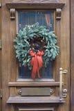 在门的圣诞节花圈 库存照片