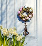 在门的复活节花圈 房子的门 免版税库存照片