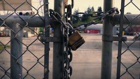 在门的挂锁对工业区 股票视频
