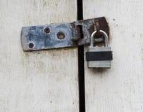 在门的挂锁 库存照片