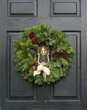 在门的新鲜的圣诞节花圈 库存图片
