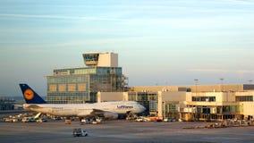 在门的汉莎航空公司波音747飞机在法兰克福 免版税库存照片