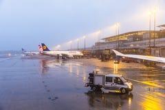 在门的汉莎航空公司航空器在终端2在汉堡 免版税库存图片