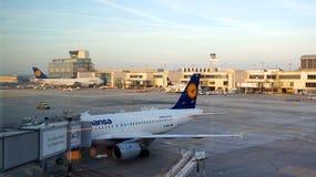 在门的汉莎航空公司飞机在法兰克福 库存图片