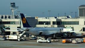 在门的汉莎航空公司飞机在法兰克福 免版税库存图片