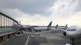 在门的波音飞机在纽瓦克自由国际机场 免版税库存图片