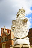 在门的狮子对汉普顿法院 库存图片