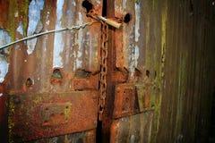 在门的生锈的挂锁 库存照片