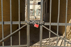 在门的红色锁 免版税库存照片