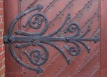 在门的老伪造的铰链 免版税库存图片