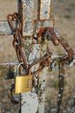 在门的老生锈的锁 免版税库存图片