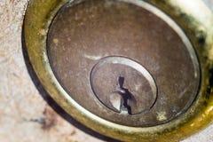 在门的老生锈的锁 库存图片