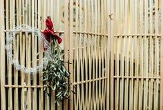 在门的花圈装饰为圣诞节假日 库存图片