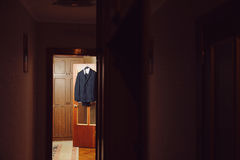 在门的衣服 库存照片